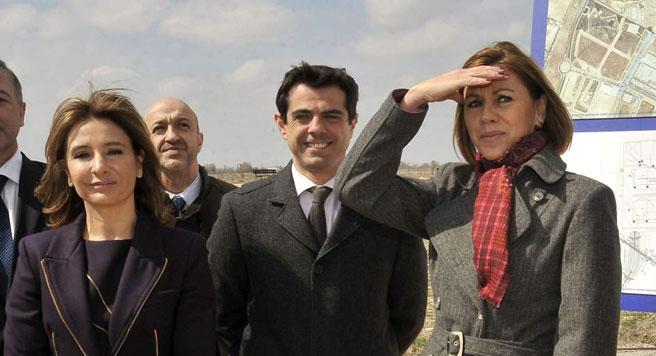 La presidenta de Castilla-La Mancha, María Dolores de Cospedal (d) junto al delegado de la Junta, Javier Cuenca y la consejera de Fomento, Marta García de la Calzada. (EFE)