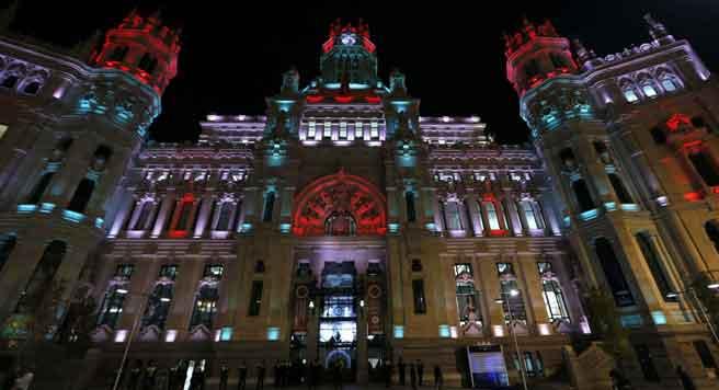 Iluminación navideña en rojo y verde, tonos típicos de estas fiestas, en el Palacio de Cibeles, en Madrid, un proyecto creado por la artista Paloma Peláez. (EFE)