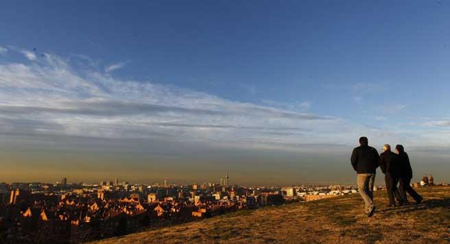 Imagen de la boina de contaminación sobre Madrid desde el Cerro del Tío Pío (Puente de Vallecas). (JORGE PARÍS)