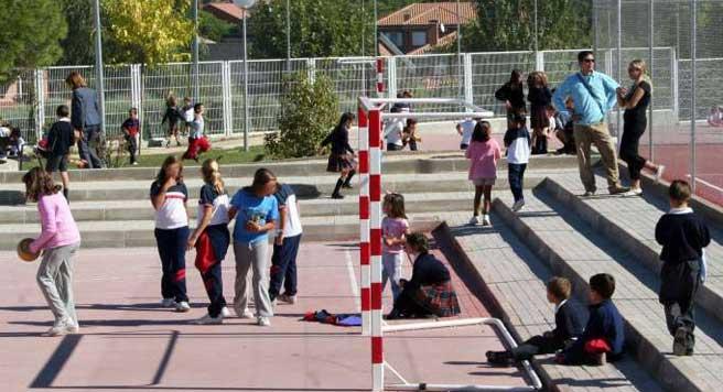 Varios niños jugando en un colegio. (EFE)