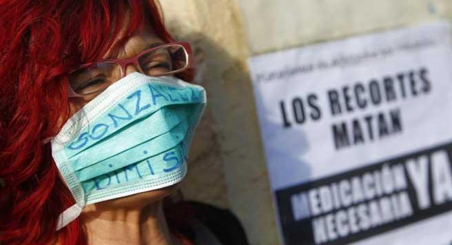 Una manifestante pide dimisiones en la Comunidad de Madrid tras el contagio de una auxiliar de enfermería por ébola. (JORGE PARÍS)
