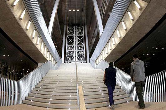 El edificio ha sido diseñado por el arquitecto Dominique Perrault, creador de la Biblioteca Nacional de París.
