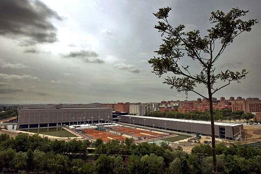 La Caja Mágica está situada a orillas del río Manzanares, en el distrito madrileño de Usera.