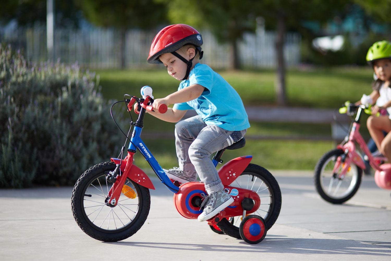 Niña Feliz Andar En Bicicleta: Aprender A Andar En Bici: Las Primeras Pedaladas